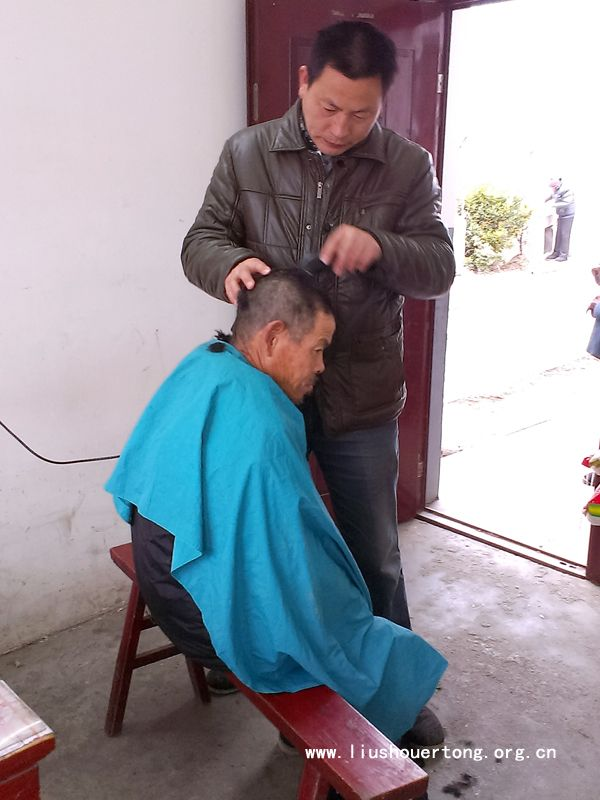 过年了,刘磊为敬老院老人理发