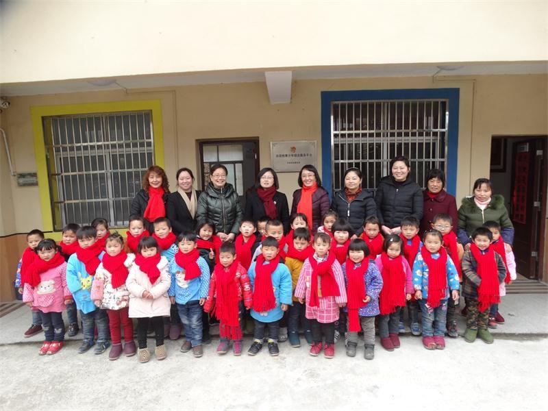 岳西县妇联到中心开展关爱活动