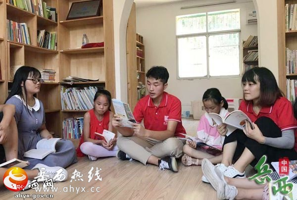 """人民网:山里来了""""小老师"""""""